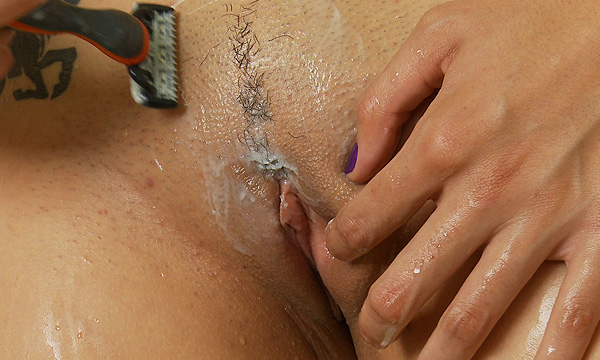 Amo Morbia shaves her pussy