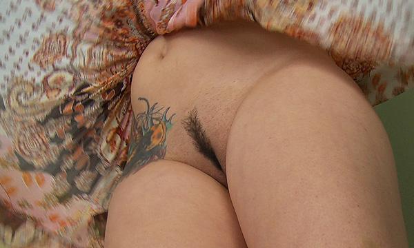 Pantyless close-up windblown upskirt of Amo Morbia